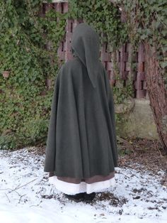 Tutorial for making a hobbit-style hooded cloak. Shows you how to measure and make the patterns and sewing instructions. Costume Tutorial, Cosplay Tutorial, Cosplay Diy, Costume Viking, Hobbit Costume, Diy Clothing, Sewing Clothes, Diy Costumes, Cosplay Costumes