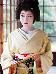 Geiko or Maiko? I think she's a geiko based on the hair, collar, and sleeves. Geisha Japan, Japanese Geisha, Kyoto Japan, Japanese Beauty, Japanese Kimono, Japanese Fashion, Okinawa Japan, Traditional Japanese Art, Japanese Aesthetic