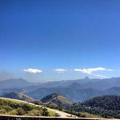Linda Paisagem da descida da Serra de Petrópolis em direção ao Rio de Janeiro pela BR 040. #viagem #serra #brasil