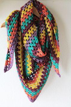 Colourful granny shawl, a free crochet pattern on haakmaarraak.nl!