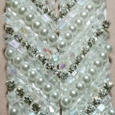 Cinturón bordado a mano para novia. Hand Made wedding belt Wedding Belts, Pearl Necklace, Diamond, Handmade, Jewelry, Bugle Beads, Sequins, Gems, Hand Embroidery