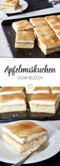 Das Topping mit fruchtigem Apfelmus und sahniger Mascarponecreme umgibt nicht umsonst den saftig gebackenen Teig - so wird eben bester Blechkuchen gemacht.