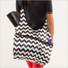 a women carrying white handbag | Young woman carrying a black and white zig zag pattern tote