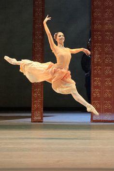 Bayerisches Staatsballett Soloist Prisca Zeisel in 'Raymonda' - Photo by Wilfried Hösl