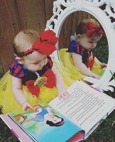Disney Snow White Baby photoshoot (of course I'll do princess Tiana) 😊 Snow White Photos, Snow White Birthday, Baby In Snow, Girl Photo Shoots, Foto Baby, Baby Girl Photos, Shooting Photo, Baby Halloween, Disney Halloween