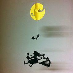 シリーズ:「物語」より、リトルウィッチのモビールです。満月の夜、小さな魔女さんは、友だちの黒猫と一緒に魔法使いの修行に出かけます。*中段のコウモリは上下に可動します。素材:レザック紙・糸サイズ:上段(満月)  103mm × 103mm      中段(コウモリ) 30mm × 60mm    下段(小さな魔女さん) 110mm × 175mm
