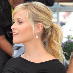Reese Witherspoon: Reese Witherspoon's fresh-faced beauty was further enhanced with a textured ponytail at the premiere of Mud in May. Elegance Hair, Wavy Ponytail, Ponytail Hairstyles, Elegant Hairstyles, Pretty Hairstyles, Red Carpet Hair, Celebrity Beauty, Hair Dos, Actresses