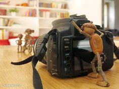 Bonjour à tous,Aujourd'hui, j'ai envie de mettre un zoom sur un artiste qui photographie un petit personnage fait de gland et de bouts de bois.Il s'agit de Dubanci :Alors ça donne quoi, et bien ça :