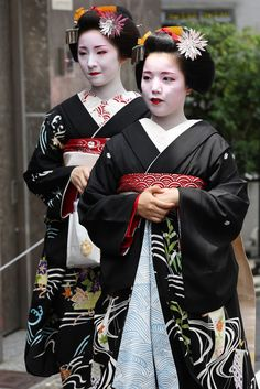 Gion-Kobu Maiko : Ayano-san (Front) and Fumino-san (Behind) Located : Gion-Kobu, Higashiyama, Kyoto. Japanese Geisha, Japanese Kimono, Japanese Fashion, Asian Fashion, Japanese Art, Karate, Traditional Art, Traditional Outfits, Kyoto