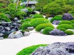 um jardim de estilo japonês, com cascalho e musgo