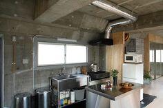 台所には業務用キッチンを採用。換気扇のダクトもあえてあらわにし、ラフなインテリアとして活用 Dirty Kitchen Design, Concrete Kitchen, Professional Kitchen, Central Kitchen, Concrete Blocks, Home Renovation, Home Kitchens, House Design, Architecture
