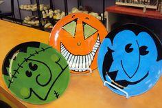 Great Idea for Halloween plates Halloween Plates, Halloween Rocks, Cute Halloween, Holidays Halloween, Halloween Themes, Halloween Crafts, Halloween Decorations, Halloween Costumes, Feather Painting