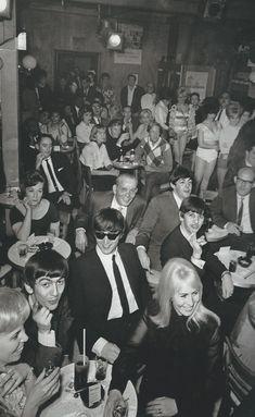 Beatles at the legendary Peppermint Lounge on St. Cynthia & John Lennon with George Harrison, Ringo & Paul McCartney in US nightclub--first trip to America. Ringo Starr, The Beatles, Beatles Photos, Beatles Art, Beatles Poster, John Lennon, George Harrison, Paul Mccartney, Deus Ex
