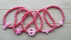 Leuke kinder armband in het roze met een bedel. 2 armbanden 1 met bedel en 1 zonder. Geef de leeftijd of maat en bedel door bij opmerkingen. 2 -4 jaar 14 cm 4-6 jaar 15 cm 6-8 jaar 16 cm 8-10 jaar 17 cm