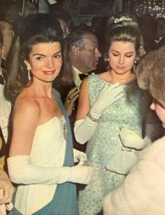 Princess Grace Kelly and first lady Jackie Kennedy. Jackie Kennedy debuted designer fashions, like Oleg Cassini for state balls. Jacqueline Kennedy Onassis, John Kennedy, Estilo Jackie Kennedy, Les Kennedy, Jaqueline Kennedy, Carolyn Bessette Kennedy, Andrea Casiraghi, Charlotte Casiraghi, Princesa Grace Kelly