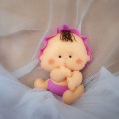 Keçe bebek yapımı. Keçe süslemelerine bebek yaparak devam ediyoruz. Keçe bebeği keçe kapı süslerinde , keçe doğum günü süslerinde, keçe magnetlerde kullana