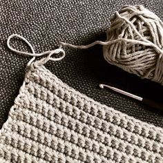 Here& how it works: Crochet dishcloths Only a jug outside !: How it works: Crochet dishcloths History of Knitting Wool rotating, weaving and sewing careers suc. Easy Knitting Projects, Knitting For Beginners, Sewing Projects, Sewing Hacks, Diy 2019, Stitch Crochet, Needle Felted, Crochet Dishcloths, Woven Wrap