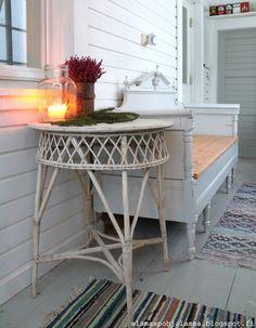 Elämää pohjolassa Entryway Tables, Rustic, Interior, Furniture, Home Decor, Decks, Country Primitive, Decoration Home, Indoor
