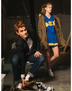 A gallery of Riverdale publicity stills and other photos. Apa, Lili Reinhart, Camila Mendes, Cole Sprouse and others. Kj Apa Riverdale, Riverdale Archie, Riverdale Aesthetic, Riverdale Funny, Riverdale Memes, Riverdale Poster, Riverdale Cheryl, Sprouse Cole, The Cw