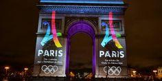 Le logo de la candidature de Paris pour les JO 2024 projeté sur l'Arc de Triomphe. (L'Equipe