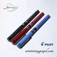 Bolígrafo Pilot V-5, está disponible en varios colores negro,rojo y azul son los principales. Es un bolígrafo de tinta líquida, punta de aguja con un trazo de 0,3mm. Cuenta con capuchon y un visor de tinta.