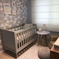 Mesa com pé palito: 40 ambientes com este móvel de estilo atemporal Boys Bedroom Decor, Gray Bedroom, Baby Room Decor, Bedroom Ideas, Baby Boy Rooms, Baby Boy Nurseries, Baby Cribs, Grey Nursery Boy, Nursery Room
