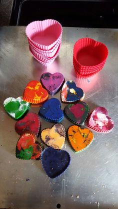 Recycle old crayons with silicone baking cups. Kids will love the swirled crayons! Diy Crafts Vintage, Fun Diy Crafts, Handmade Crafts, Pinterest Home Decor Ideas, Pinterest Diy Crafts, Valentine Crafts, Holiday Crafts, Wax Paper Crafts, Recycled Crayons