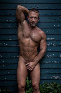 Maduros e peludos estão nus e muito gostosos em cliques de Richard Avedon - Homens em Lifestyle no A Capa