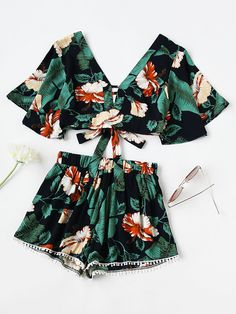 ¡Cómpralo ya!. Plunging V-neckline Random Knot Crop Top With Lace Hem Shorts. Shorts Green Multi Cotton Blends Floral V neck Short Sleeve Bow Sexy Vacation NO Fabric has no stretch Summer Two-piece Outfits. , topcorto, croptops, croptop, croptops, croptop, topcrop, topscrops, cropped, topbailarina, corto, camisolacorta, crop, croppedt-shirt, kurzestop, topcorto, topcourt, topcorto, cortos. Top corto  de mujer   de SheIn.