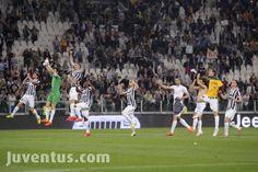 16 su 16, record del grande Torino eguagliato e Roma rispedita a -8, ennesima vittoria e corsa sotto la curva a festeggiare per la #juventus. #Juventus - Livorno 2 a 0