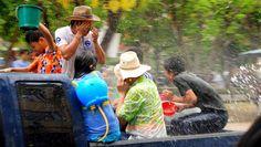 Le festival Songkran: prendre un seau deau sur la tête pour se nettoyer de ses péchés