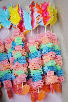 Great idea for a Valentine's party or a kid's 'cowboys and Indians' birthday party. Candy Party, Party Favors, Birthday Treats, Birthday Parties, Candy Kabobs, Bar A Bonbon, Candy Bouquet, Candy Shop, Cute Food