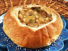 Ilyen ramaty időben az ember nem vágyik semmi másra, mint egy tál jó meleg levesre. Mi most cipóban tálalt változatokat mutatunk. A sajtkrémlevesért pedig ölni tudnánk...