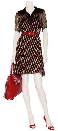 Outfit #50 Vestido línea A estampado by Anna Sui. Cinto elástico en color rojo by Anya Hindmarch. Bolso de piel tipo tote en color rojo by Anya Hindmarch. Sandalias de piel en color rojo by Edmundo Castillo.