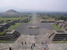 """Teotihuacan (náhuatl: Teōtihuácān, '""""Lugar donde los hombres se convierten en dioses"""" ; Lugar donde fueron hechos los dioses; ciudad de los dioses')  es el nombre que se da a la que fue una de las mayores ciudades prehispánicas de Mesoamérica. El topónimo es de origen náhuatl y fue empleado por los mexicas, pero se desconoce el nombre que le daban sus habitantes. Los restos de la ciudad se encuentran al noreste del valle de México, en los municipios de Teotihuacan y San Martín de las…"""