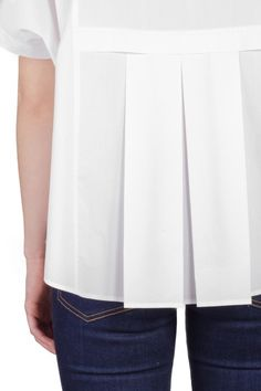Glow Cotton Blouse | Les 100 Ciels | The White Shirt This cotton poplin blouse has a flattering shape which is accentuated by lower box pleats on the back.Pair with slim-fitting trousers and flats for the day and dress up with heels in the evening. Great for spring!