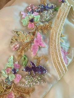 Broderie perlage caftan Maroc Zardozi Embroidery, Kurti Embroidery Design, Tambour Embroidery, Couture Embroidery, Hand Embroidery Designs, Embroidery Dress, Embroidery Stitches, Embroidery Patterns, Crazy Quilting