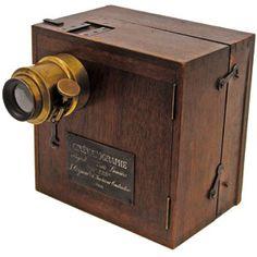 Cinematógrafo de los hermanos Lumière. Permitía recrear la ilusión de imágenes en movimiento. Los Lumière lo utilizar para documentar sucesos de su época, es decir que en sus inicios fue utilizado solamente con fines documentales siguiendo el ideal de una época fascinada con la ciencia y los avances tecnológicos.