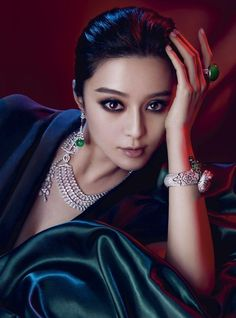 http://www.jewelsome.com/wp-content/uploads/2014/01/diamonds-and-green-gem-jewellery.jpg