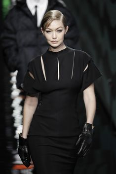 Gigi Hadid Ramp Walk in a Round Black Leather Ankle Boots Walking Ramp for Versace Fashion Show 2020 Milan, Autumn Winter Versace Fashion, Versace Dress, Runway Fashion, Fashion Models, Fashion Show, Gigi Hadid Eyes, Gigi Hadid Runway, Black Leather Ankle Boots, Img Models