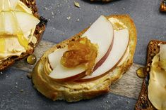 You& want to try our recipe for Caramelized Onion, Apple and Creamy Cheddar Crostini. Start with a crispy crostini that& spread with creamy cheddar cream cheese, then topped with sweet caramelized onions and slivers of fresh apple. So yummy! Snack Recipes, Cooking Recipes, Snacks, What's Cooking, Cheddar, Cheese Lover, Fresh Apples, Calories, Caramelized Onions
