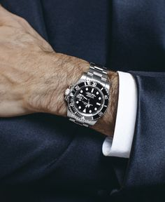 Roger Federer's iconic Rolex Submariner Date adds the final touch of robust and masculine luxury to a smart outfit.