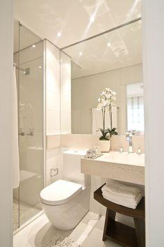 Banheiro simples e pequeno com bancada de pedra