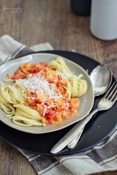 Linguine mit Garnelen in Tomaten-Sahne-Soße von homemade & baked #alleliebenpasta