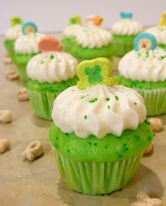 Lucky Charms Cupcakes for St Pattys Day, so cute