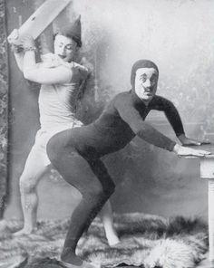 Hombre a punto de ser golpeado por un payaso