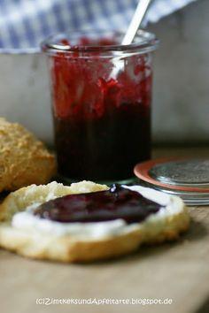 Fluffige Scones mit hausgemachter köstlichster Brombeer-Holunder-Marmelade... das ist ein feines Sonntagsfrühstück!