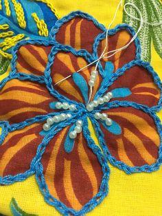 Bordado em Chita com pedrarias Diy Embroidery Stitches, Tambour Embroidery, Hand Embroidery Flowers, Hand Work Embroidery, Creative Embroidery, Simple Embroidery, Silk Ribbon Embroidery, Crewel Embroidery, Hand Embroidery Designs