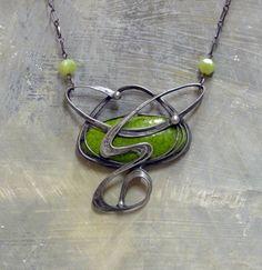 Zelený ornament Cínovaný náhrdelník s vlatnoručně vyrobeným podlouhým keramickým kabošonem glazovaným krásnou, jasně zelenou, glazurou. Přívěšek má velikost cca 7x7cm. Zapínání je na karabinku.
