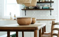 Fall Home Decor: Design tips and autumn decorating ideas. Find information and tons of fall decor curated by interior designer Tracy Svendsen. Modern Farmhouse Design, Rustic Kitchen Design, Eclectic Kitchen, Kitchen Decor, Room Kitchen, Interior Design Tips, Best Interior, Interior Design Inspiration, Design Ideas